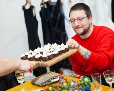 Darning expert Tom of Holland enjoying Divine Chocolate brownies by Squid and Pear