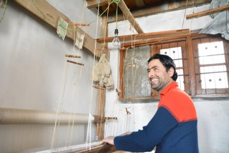 Hand-weaving Kashmiri Pashminas for Shawl Wallah, ethically produced cashmere scarves